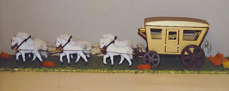 mit Messingbänder verziert, Boden mit Irish Moos, Pferde aus Plastik